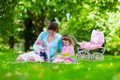 享受野餐的母亲和孩子户外 库存图片