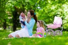 享受野餐的母亲和孩子户外 图库摄影