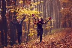享受金黄秋天的夫妇画象  库存图片