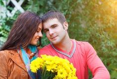 享受金黄秋天秋季的夫妇纵向 免版税库存照片