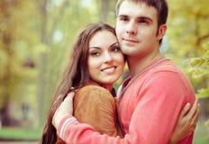 享受金黄秋天秋季的夫妇纵向 库存图片