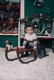 享受雪橇乘驾的小男孩 免版税图库摄影