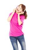 享受音乐和唱歌的年轻美丽的妇女 免版税图库摄影