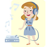 享受音乐妇女年轻人 免版税图库摄影