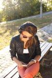 享受音乐的少妇 免版税库存图片
