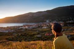 享受风景的年轻旅客 库存图片