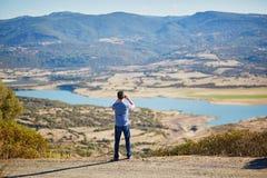 享受风景看法的游人在撒丁岛,意大利 免版税库存照片
