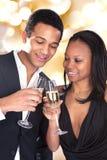 享受香宾饮料的非洲夫妇 库存照片