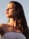 享受晴朗的夏日的美丽的典雅的夫人的画象 免版税库存照片