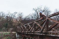 享受从桥梁的少妇一个看法 免版税库存图片
