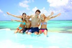 享受水池时间的家庭 免版税库存图片