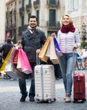 享受购物的游览的旅行家 免版税库存图片