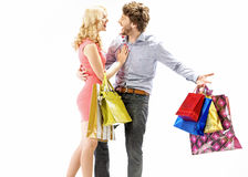 享受购物的笑的夫妇 免版税图库摄影