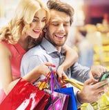 享受购物的年轻夫妇 库存照片