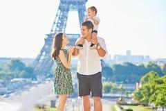享受他们的假期的愉快的家庭在巴黎,法国 免版税库存照片