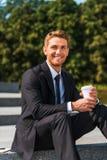 享受他的咖啡休息 免版税库存图片