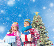 享受他们的圣诞节礼物的孩子 图库摄影