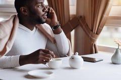 享受他的在咖啡馆的包含的非裔美国人的人周末 免版税库存图片
