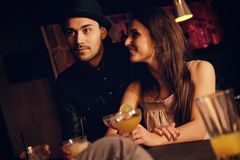 享受他们的与朋友的年轻夫妇日期 免版税图库摄影