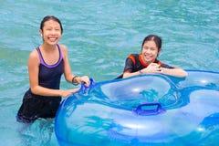 享受他们的时间的两个亚裔少年在水主题乐园 库存图片