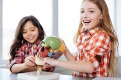 享受他们的时间的活跃热心女孩在学校实验室 图库摄影