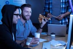 享受他的膳食的愉快的快乐的人 免版税库存照片