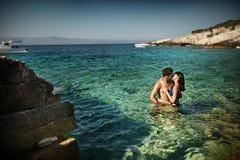 享受他们的蜜月的有吸引力的年轻夫妇 库存图片