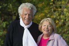 享受他们的退休的一对坦率的资深夫妇的画象  库存图片