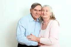 享受他们的退休的坦率的资深夫妇画象  富感情的年长加上美好的放光的友好的微笑pos 免版税图库摄影