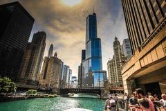 享受建筑学游览的游人在芝加哥 免版税库存照片