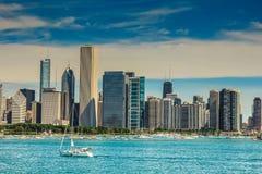 享受建筑学游览的游人在芝加哥 免版税库存图片