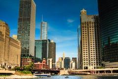 享受建筑学游览的游人在芝加哥 库存图片
