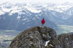 享受从aggenstein的远足者看法 免版税库存图片