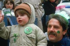 享受1987年圣帕特里克的日的父亲和儿子 库存照片
