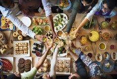 享受Dinning吃概念的朋友幸福 免版税库存照片