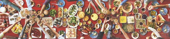 享受Dinning吃概念的朋友幸福 免版税图库摄影