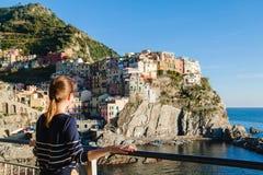 享受Manarola的看法在Cinque terre的女孩 免版税库存图片