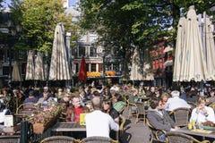 享受s晴天的人们在阿姆斯特丹 免版税库存图片