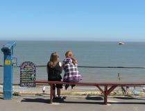 享受seaview的两个十几岁的女孩 库存照片