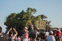 享受Tanah全部寺庙视图的国际游人 库存图片