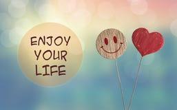 享有您的与心脏的生活并且微笑emoji 免版税库存图片