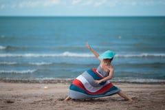 享有海上生活的妇女 库存照片