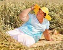享有生活的超重妇女在暑假期间 免版税图库摄影