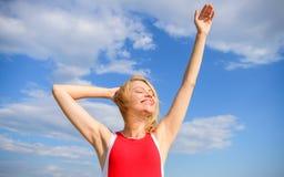 享有生活,不用汗水气味 白肤金发的妇女放松户外确信perspirant 干燥腋窝夏天目标 保重  免版税图库摄影