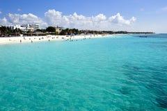 享用一个加勒比海滩的人们 库存照片