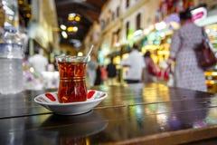 享用一个杯子土耳其茶在盛大义卖市场,伊斯坦布尔(土耳其) 免版税库存图片