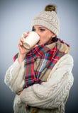 享用一个杯子热的咖啡的少妇 免版税库存图片