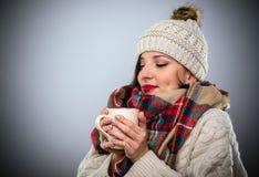 享用一个杯子热的咖啡的有福的妇女 免版税库存图片