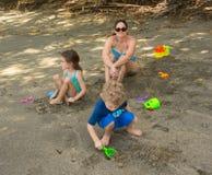 享用一个海滩的孩子在加勒比 免版税库存照片