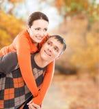 享用一对美好的夫妇一起在秋天公园 库存照片